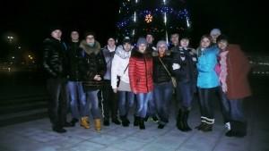 возле новогодней елки на Олимпийской площади